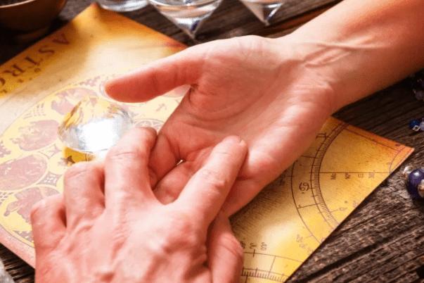 Линия брака на руке, где находится. Что означают линии брака на руке. Как определить возраст вступления в брак.