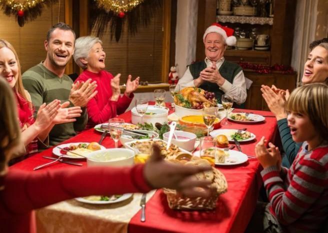 Новогодние игры для компании взрослых за столом